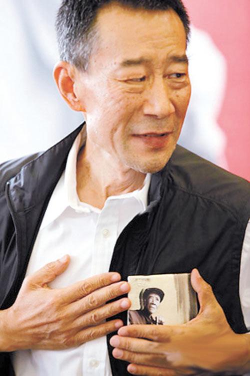李雪健/李雪健老师手拿杨善洲照片