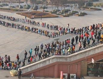 南京一高校大学生排队上图书馆