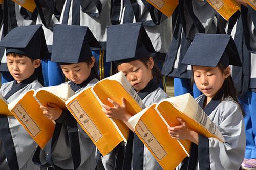 """海淀区星火小学学生在""""中华之星""""国学大赛启动仪式上吟诵《论语》"""
