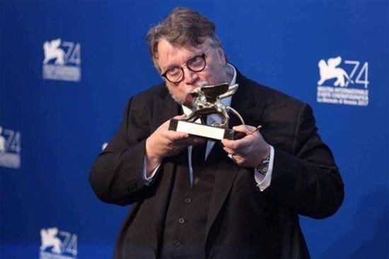 """美国影片《水形物语》摘得最佳影片金狮奖,被评""""当代的解毒剂"""""""