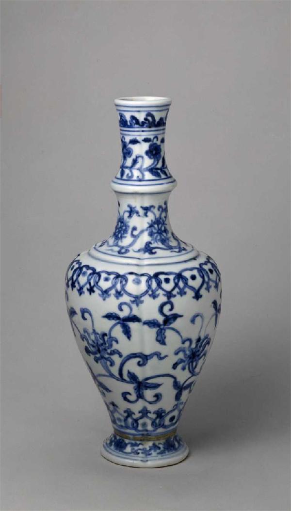 明中期琢器代表作——明成化青花缠枝花纹瓜棱瓶