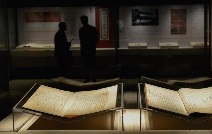国家图书馆藏《永乐大典》文献展吸引参观者