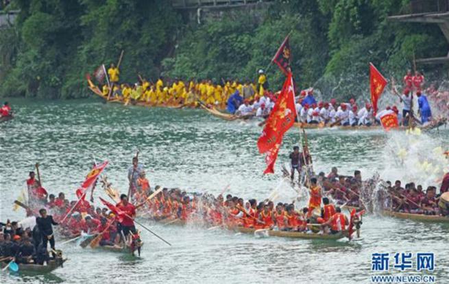 貴州銅仁:龍舟巡游迎端午