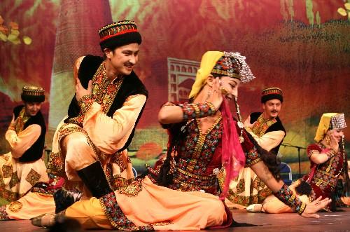 8日,中国新疆歌舞团在瑞典埃斯基尔斯蒂纳市剧场演出塔吉克族集