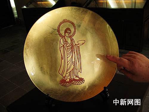 铜盘与精细剪纸的完美结合。作者 刘田甜