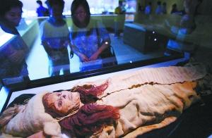 在新疆小河墓地出土 保存非常完整的女尸戴冰摄