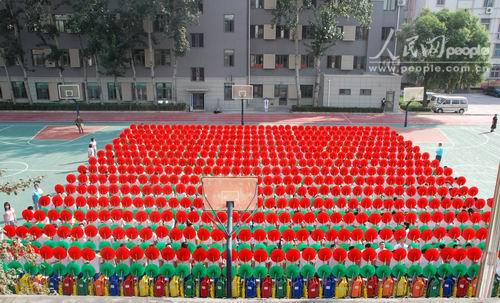 二阶方阵_第二十七中学翻花方阵演出;; 万学生将参加国庆当天背景; 第二十七