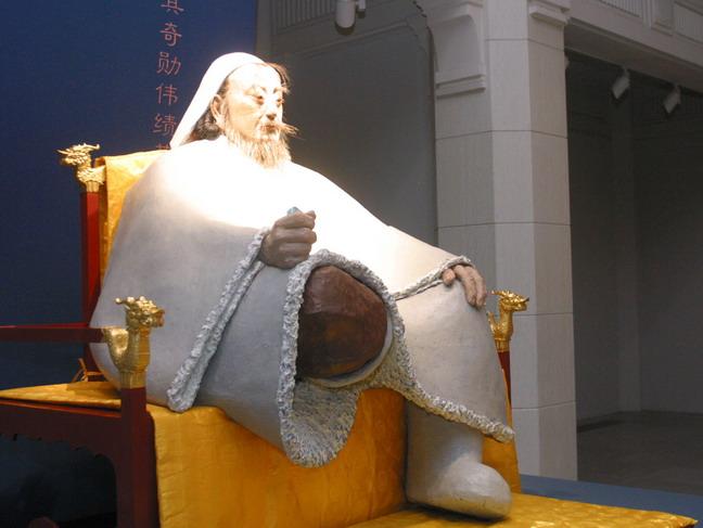 人民网上海7月28日电(记者 方云伟)  7月27日,由上海美术馆主办的《王者之尊田世信雕塑艺术展》在上海美术馆展览大厅举行。约1200平方米展览现场中,第一展厅展出了六件一组的主题性组雕王者之尊;第二展厅展出了包括雕塑及绘画共50余件作品,该展览全面反映了著名雕塑家田世信的艺术创作历程和精华作品。这是田世信作品,继2009年11月在北京今日美术馆展出后又一次在国内大型亮相。本次展览会将持续到8月3日结束。   开幕当天,记者受报社委派专程从北京赶到上海采访田世信雕塑艺术展,一走进上海美术馆,看