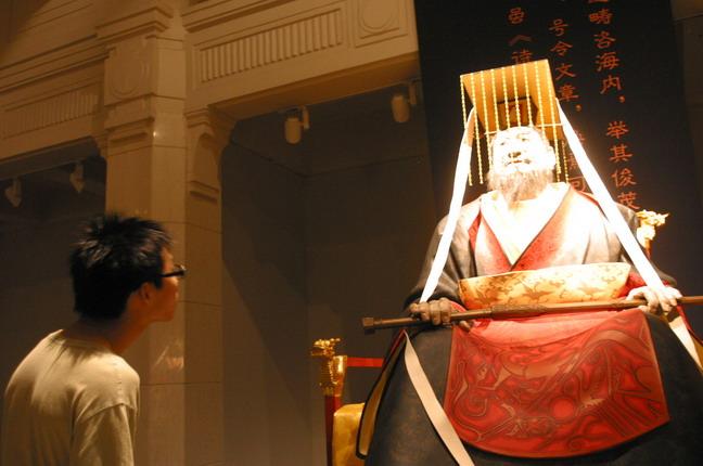 一位觀眾在細心觀賞現場展出的雕塑作品:《漢武帝劉徹》。本報記者  方雲偉攝