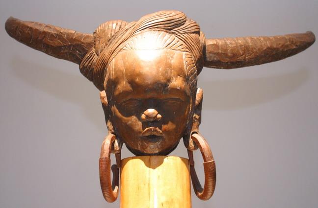 現場展出的田世信脫胎漆作品:《苗女》。本報記者  方雲偉攝