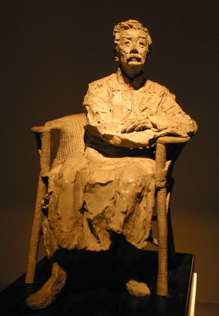 現場展出的田世信青銅雕塑作品:《魯迅像》。本報記者  方雲偉攝