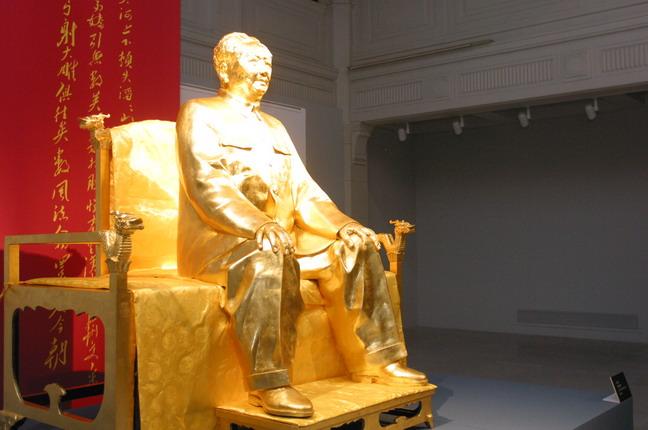 現場展出的雕塑作品:《新中國締造者——毛澤東》。本報記者  方雲偉攝