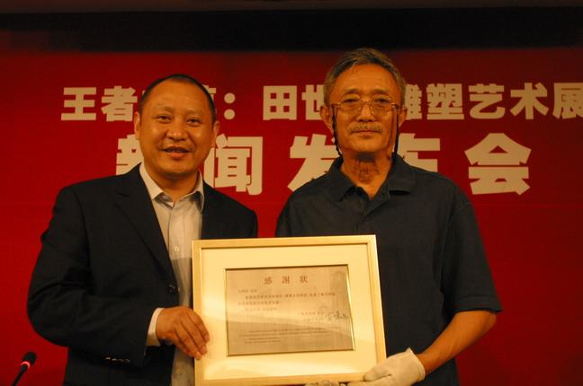 田世信表示在展覽結束后,向上海美術館捐贈一尊青銅雕塑作品。上海美術館執行館長李磊(左)向田世信頒發上海美術館館長、著名畫家方增先簽發的感謝狀。本報記者  方雲偉攝